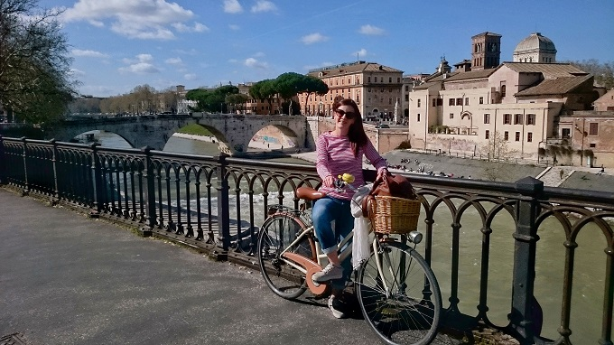 Tania enjoying a bicycle ride in Trastevere (Rome).